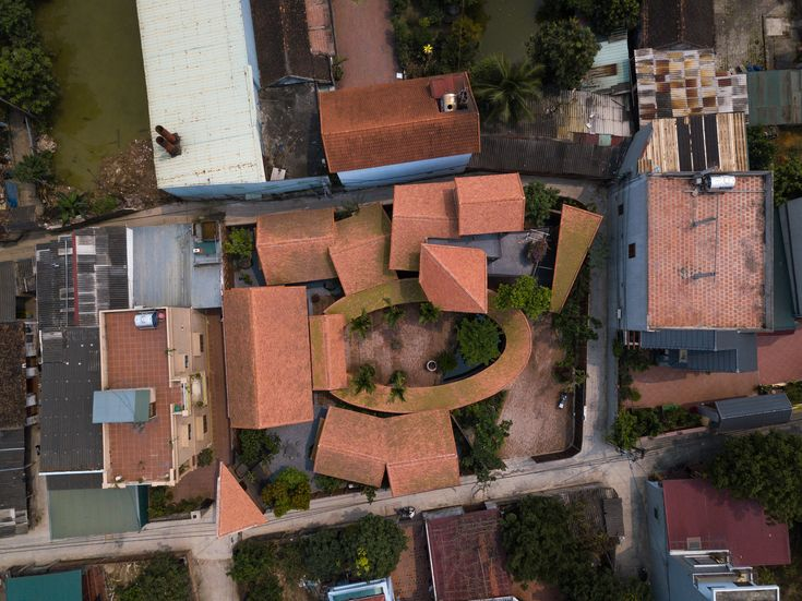 - 2be95ab35f7476ecc160ab8294364b95 6l4Dg2 - Completed in 2018 in Bắc Hồng, Vietnam. Images by Trieu Chien. The house is located in an old suburb village of Hanoi, i…